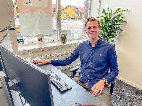 PÅ PLSS: Sander Johansen (22) har kommet seg på plass i sin første heltidsjobb noen gang, hos Gjensidige i Vikersund.