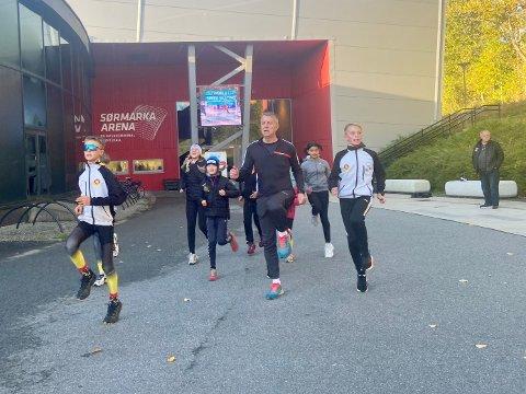 SPREK 52-ÅRING: Terje Ingvoldstad leder an i oppvarmingen utenfor Sørmarka Arena. Geithus-løperne skal trener der hele høstferien, og kommer hjem søndag.