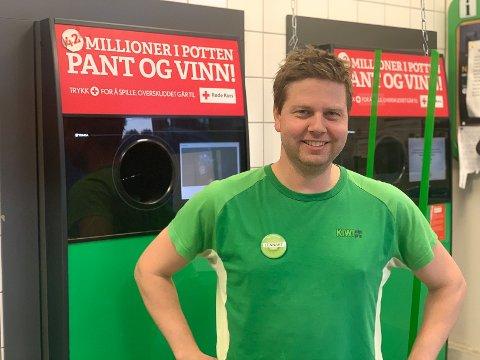 PANTEKONGEN: Butikksjef Lennart Lindberg på KIWI i Vikersund er den lokale pantekongen. Over én million bokser og flasker passerte gjennom automatene der ifjor.