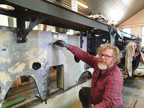 ALLTID MED MALERKOST: Driftsbestyrer Henrik B. Backer beskrives som en mann som nesten alltid går med en malerkost i hånden på Krøderbanen.