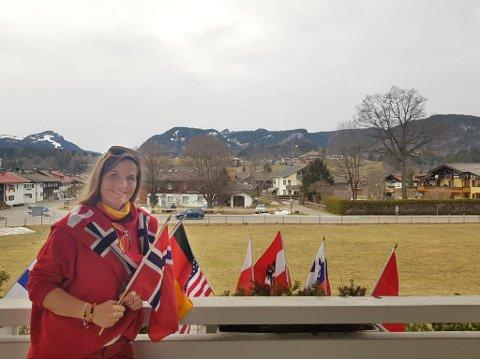HJEMME: Irene Bauer må holde seg hjemme mens VM pågår i Oberstdorf. Strenge smittevernregler gjør at byen (i bakgrunnen) er folketom.