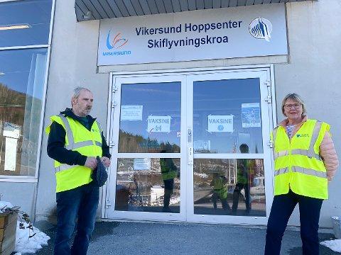FRIVILLIGE: Trond Lobben og Inger Elisabeth Berget fra Modum Røde Kors besøkstjeneste stiller trofast opp og hjelper til på vaksineringsdagene.