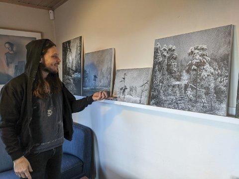SELVLÆRT: Danny Larsen har utviklet sitt eget visuelle uttrykk med bilder skapt av ørsmå prikker i akrylmaling.