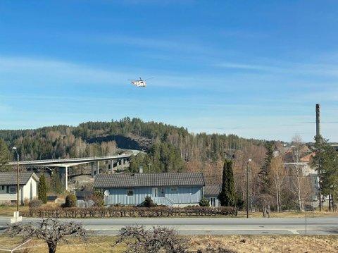 I LUFTA: Redningshelikopter er allerede i lufta over Geithus i søket etter en savnet kvinne i 50-årene.