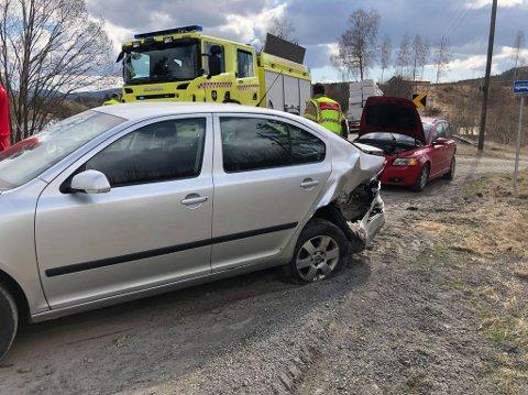 KRAFTIG SMELL: To biler kjørte i hverandre like ved Tronka på Simostranda, før den ene bilen fikk sleng og traff en lastebil i det andre kjørefeltet.