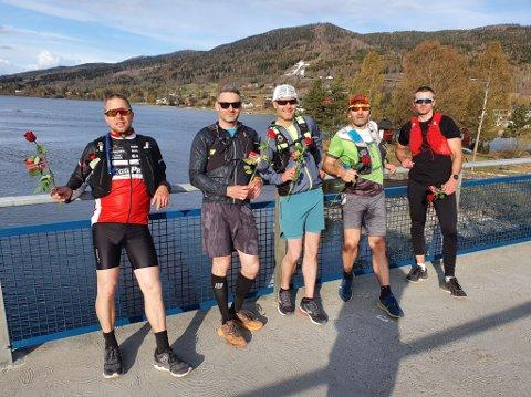 TATT IMOT MED ROSER: Her er Wiggo Skretteberg (f.v.), Karsten Liljedal Torgersen, Morten Harstad, Rafal Wos og Øyvind Aamodt etter målgang i Vikersund.