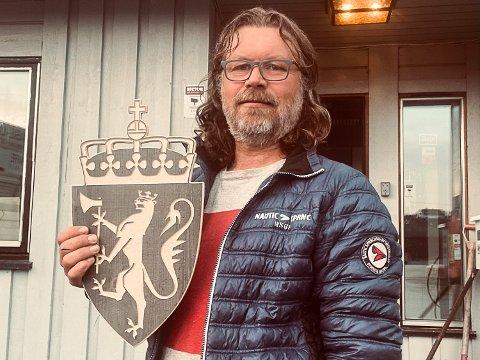 IKKE FLERE: Børre Finsrud kuttet tvert ut alt salg av denne egenproduserte versjonen av riksvåpenet etter at UD tok kontakt.