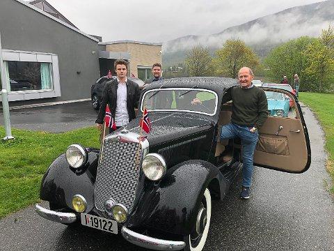 51 MODELL: Knut Valvatne deltok i 17. mai-kortesjen med sin 51-modell Mercedes sammen med barnebarna Sindre og Øyvind Valvatne Sveen.