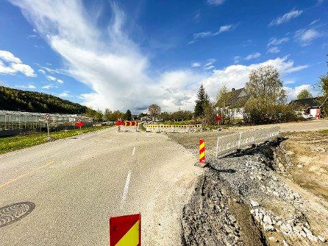 STENGT: Kommer du nordfra og skal sørover til Åmot, må du svinge inn på Eikerveien den neste drøye måneden. Da er nemlig sørgående kjørefelt stengt.