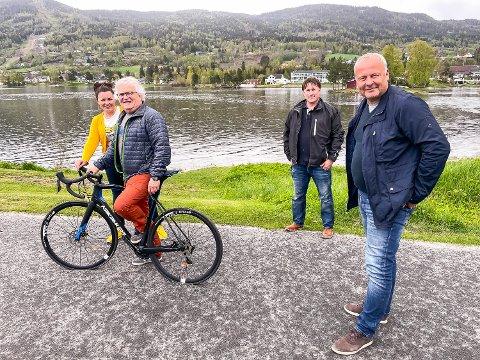 GLEDER SEG: Anne Kat. Håskjold (f.v.), Ivar Blystad, Martin Kaggestad og Per Arne Lislien gleder seg alle til at Ladies Tour of Norway kommer til Midtfylket og viser bilder til millioner av mennesker