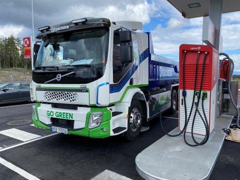 FYLLER «TANKEN» Isachsens en av to nye lastebiler lades og gjøres klar for arbeidsoppgaver.