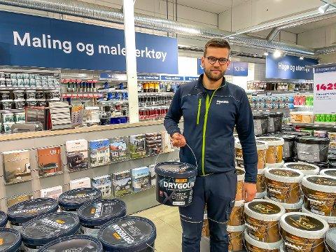 VAREHUSSJEF: Jone Engemoen Hansen jobber som varehussjef hos Maxbo Åmot. Nå er det høysesong for maling, og det går ikke en dag uten at sjefen får kommentarer og spørsmål om «Sommerhytta» fra de som skal handle.