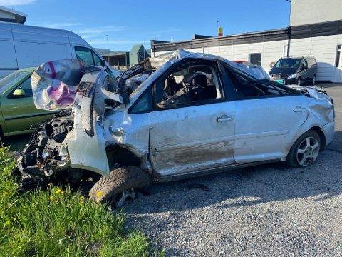 ELGPÅKJØRSEL: Det er store materielle skader på bilen etter sammenstøtet.