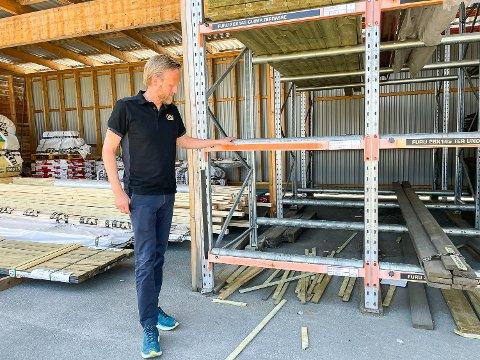 TOMME HYLLER: Salgssjef Knut Stigsrud hos XL Bygg Eggedal Sag Vikersund må konstatere at det nok en gang er tomt for terrassebord av typen 28x120. I morgen øker prisene på trelast for tredje gang i år.