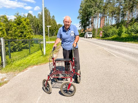 KRITISK: Åsmund Bottegård er avhengig av rulator. Han synes det er kritikkverdig at det ikke går buss gjennom Geithus sentrum to måneder om sommeren.