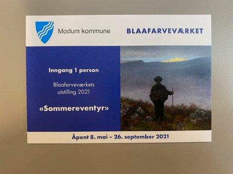 KAN HENTES: Godt over 100 personer har allerede hentet sin gratisbillett på biblioteket i Vikersund.