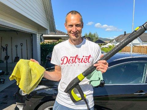 HOBBY OG JOBB: Erik Marki Bjorli har skapt næring av hobbyen og startet enkeltpersonforetaket Bjorlis Bilpleie for bilvask.