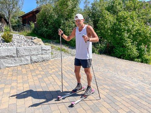KLAR FOR AVGANG: Mandag kveld satte Gjermund Hellerud kursen fra Geithus til Stavanger på rulleski. Han gikk mange mil, men måtte få hjelp av buss på veien til mål.