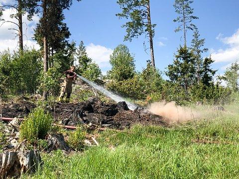 ETTERSLUKKING: Brannvesenet pøser på med vann for å være sikre på at brannen i Flannumsmarka ikke skal blusse opp en gang til.