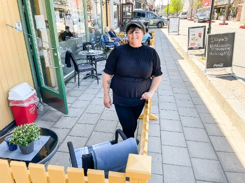 NYTT GJERDE: Anne-Marie Reiergård vil gi kundene en enda bedre opplevelse og samtidig oppfylle kravene til skjenkebevilling ved å sette opp nytt gjerde.