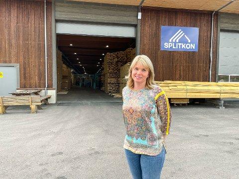 TRENGER FOLK: Fabrikksjef Lene Weum hos Splitkon i Åmot har fått inn mange søknader til de sju ledige stillingene ved fabrikken – og fristen gikk ut i natt.