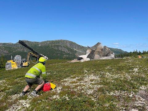 MYE I EGGEDAL: Øst Fjellsprenging har mange oppdrag med å klargjøre hyttetomter i Eggedal. Her er Kim Bråthen i aksjon på Haglebu, der han sprenger grøfter til et hyttefelt.