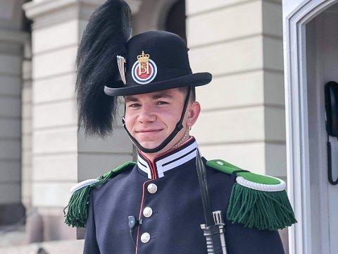 FLOTT UNIFORM: Erik Mårtensson er stilig antrukket når han står vakt. Ungjenter kommer bort og kommenterer uniformen.
