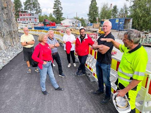 BYGGEPLASS: Geithus bru er en stor byggeplass, men med få lærlinger. Det ønsker Arbeiderpartiet å gjøre noe med. Fra venstre ser vi Tormod Kalager (Geithus), Lise Christoffersen (andrekandidat), Egil Kjølstad (Geithus), Solveig Vestenfor (fjerdekandidat), Masud Gharahkhani (førstekandidat), Ståle Versland (Modum Ap) og Tomm Kristiansen (Modum kommune).