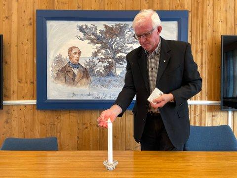 VONDT: – Det er vondt for hele lokalsamfunnet når en slik hendelse inntreffer, sier ordfører Knut Martin Glesne og tenner et lys for de omkomne.