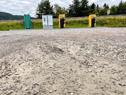MØKKETE: Enn så lenge er det grus og søle som preger området der elbilistene kan lade bilen i Vikersund.