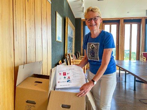 KLART FOR UTSENDING: Ordfører Sunni G. Aamodt (Sp) i Modum viser fram en av de 7.000 konvoluttene som denne uka blir sendt ut til alle husstander i kommunen.