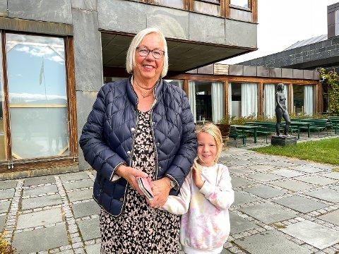 BORGERPLIKTEN UTFØRT: Marit Hæhre tok med seg barnebarnet Hedvig Olava Hæhre (6) og avla stemme ved valglokalet i rådhuset i Vikersund mandag..