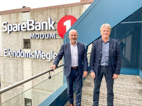NYE SKILT? Banksjef Egil Meland og styreleder Trond Gewelt i Sparebank 1 Modum informerer om at banken skal fusjonere med Sparebank 1 Sørøst-Norge. Det kan på sikt bety nye skilt på veggen i Vikersundgata – uten at den avgjørelsen er tatt helt ennå. – Det betyr helt sikker at vi får en sterkere og bedre lokalbank, konkluderer de to.