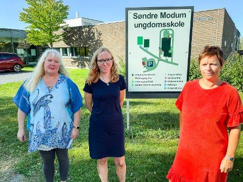 KRITISKE: Beate G. Lindseth (f.v.), Ingunn Herfindal og Gro Helene Bye er kritiske til ressurssituasjonen for spesialundervisning ved Søndre Modum ungdomsskole i Åmot.