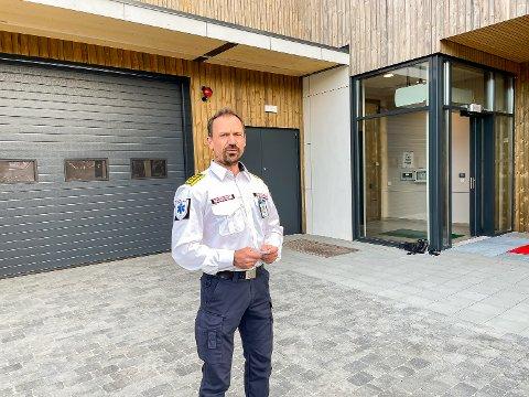 GLAD: Snorre Gundersen fra ambulansetjenesten i Vestre Viken er glad for at Modum har fått ny stasjon – lokalisert sammen med hjemmetjenesten og tett på brannvesenet.