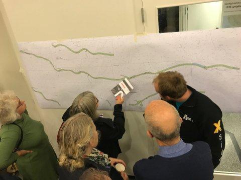 NÆRSTUDIE: Vegvesenet presiserte flere ganger under infomøtet i Egersund Arena at det som nå er tegnet opp, er mulige korridorer for ny E39, og at det ikke må leses som en nøyaktig angivelse av hvor veien skal legges. Det forhindret ikke nysgjerrige i å finstudere de tilgjengelige kartene.