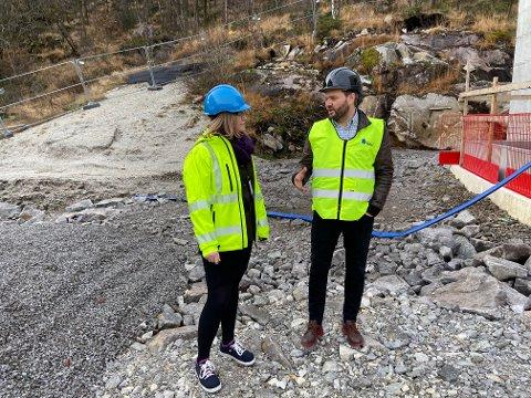 STRIDEN FORTSETTER: Dette bildet ble tatt da Kvia AS var tilbake på byggeplassen på Eigerøy. Snart skal partene møtes i retten for å gjøre opp uenighetene etter at kontrakten ble hevet. Her ser vi daværende daglig leder i Kvia, Rune Løge, og eigersundsrådmann Gro Anita Trøan.