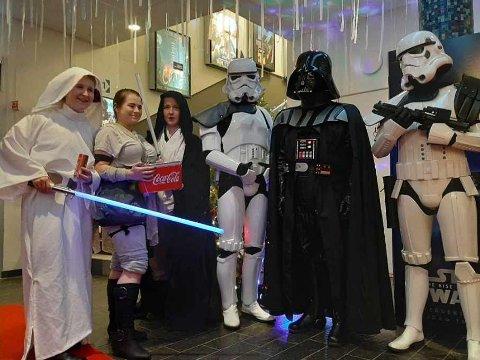 KLAR FOR FILM: Flere stilte i kostymer og med store forventninger til den nye Star Wars-filmen. Fra venstre Karoline Bu, Samanta Nodland, Katrine Bu, Stormtrupers og Dart Vader.