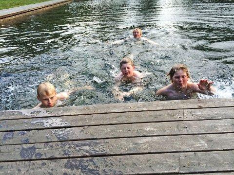 Magnus Hansen, Lasse Rode Rasmussen (bak), Arnt Ove Tengesdal og Kasper Matias Nybø syntes ikke det var spesielt kaldt å bade i Første Vannbasseng en temmelig iskald junikveld.