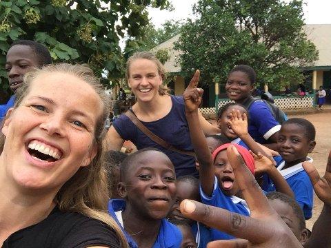 GOD STEMNING: Cecilie (t.v.) og Hanne Andersen underviser barneskoleelever i Mampong, Ghana. De glade barna stiller gjerne opp på bilder med lærerne sine.