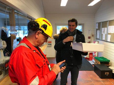 MYE Å FEIRE: Ordfører Odd Stangeland (Ap) kom torsdag med kake til klubbleder Oddvar Hølland og gjengen på Aker Solutions Egersund.