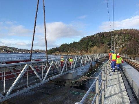 PÅ PLASS: Siste del av gangbroa over Launes ble løftet på plass på lørdag. Offisiell gjenåpning blir på mandag, men broen kan benyttes allerede nå.