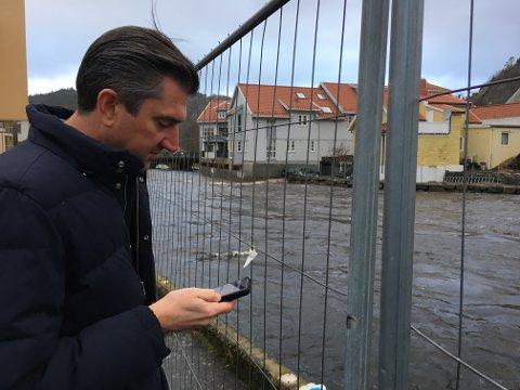 """Ordfører Odd Stangeland (Ap) var ute og sjekket vannføringen ved siste flom i Egersund. Midler til det han kaller """"det store tiltaket"""" i flomsikringen lar vente på seg."""