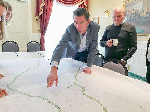 VEIE FOR OG IMOT: Eigersunds ordfører Odd Stangeland (Ap) og plansjef Dag Kjetil Tonheim ser på de ulike alternativene til ny E39-trasé. Og, ikke minst: Hvor ligger kryssene?