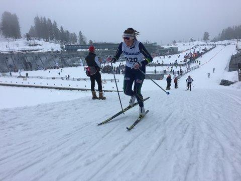 Regine Kjølberg på veg inn mot 19.-plass i det klassiske løpet på laurdag. I fristilsløpet dagen etter var det bare éin løpar i J14-klassen som slo henne, og det med bare to tidelar.