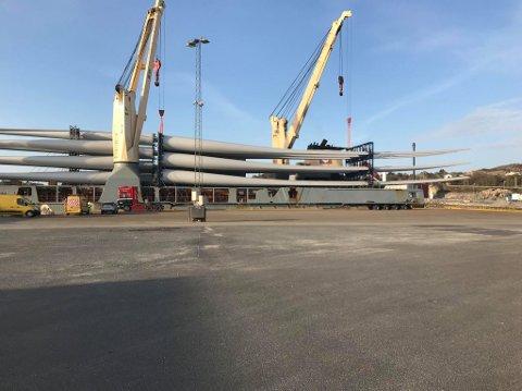 Laurdag kom det eit skip med 24 vindmølleblad til Kaupanes på Eigerøy. Vengeblada skal til vindparken i Bjerkreim.