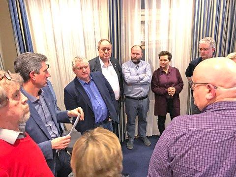 VANSKELIG SAK: Arbeiderpartiet og Høyre hadde et felles gruppemøte under behandlingen av brannstasjonssaken. Fra venstre: Terje Vanglo (Ap), Odd Stangeland (Ap), Kjell Vidar Nygård (H), Leif Erik Egaas (H), Magnus Østebrød (H), Siw Tollefsen (Ap), Bjørn Carlsen (H) og Arne Stapnes (H).