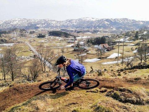 Oskar Omdal (18) har laga ein sykkel som er spesielt tilpassa stiar.