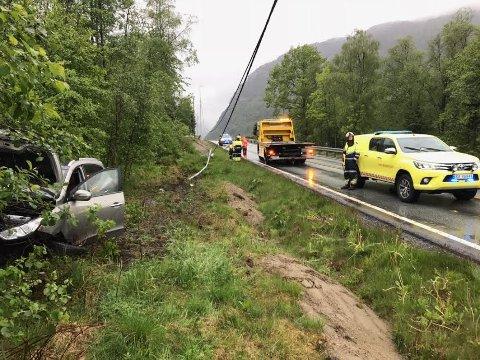STORE SKADER: Bilen ble liggende utenfor veien med store skader.