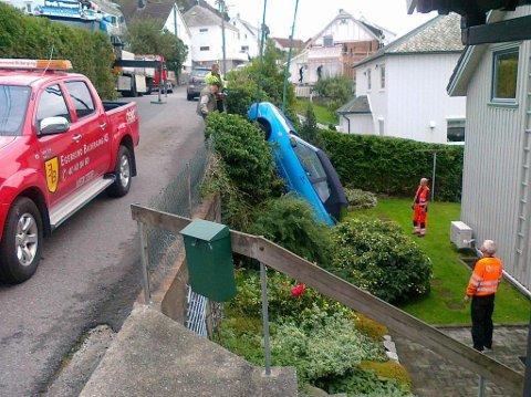 INGEN SKADD: Det satt ingen i bilen da den natt til fredag trillet ned i en hage i Humlestadgaten i Egersund.